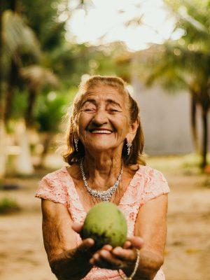 iloinen vanha nainen