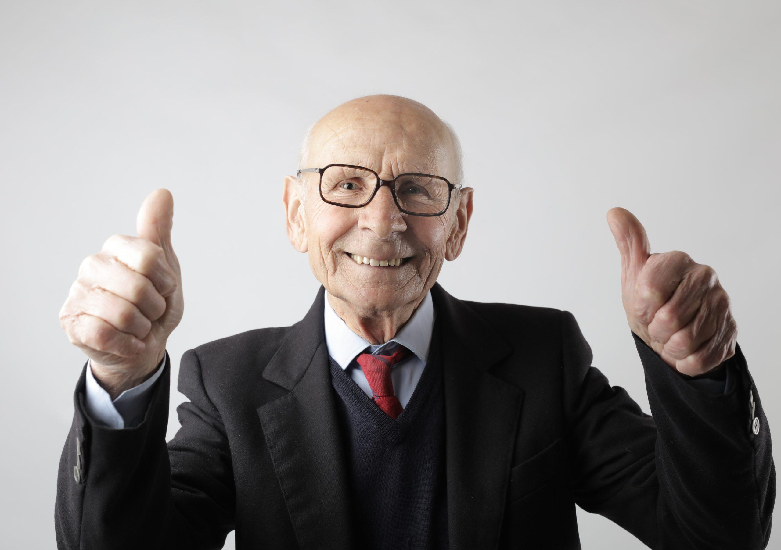 vanha mies näyttää peukkuja