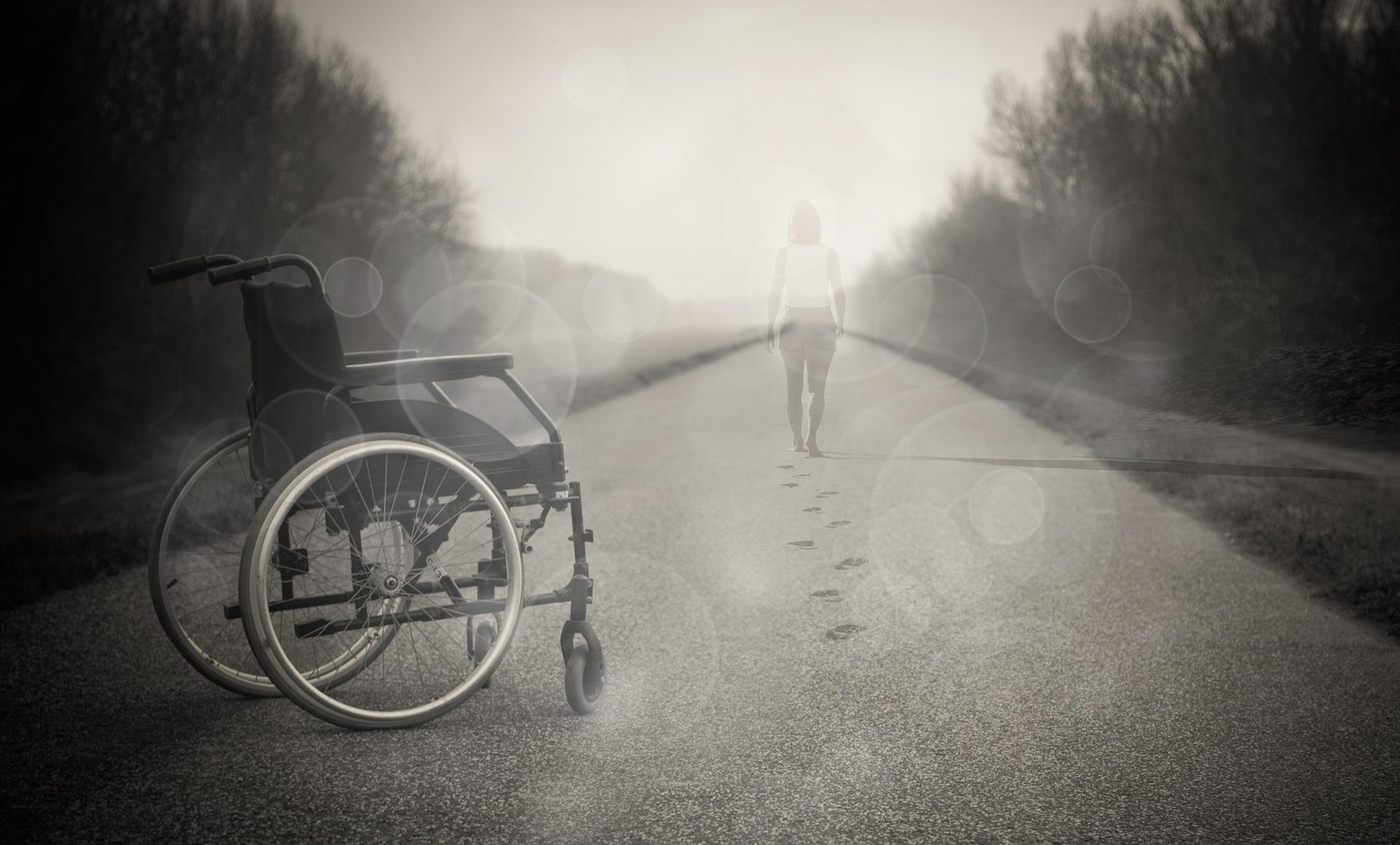 Pyörätuoli tyhjänä, käyttäjä kävelee